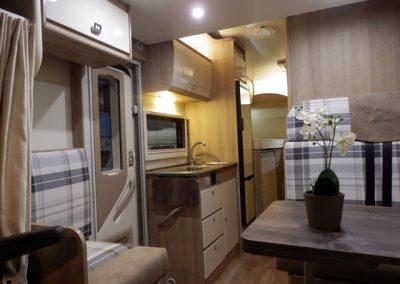 lichte interieur met banken en luxe keuken