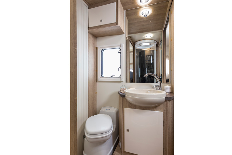Toilet met separate douche in de Sun Driver T 570