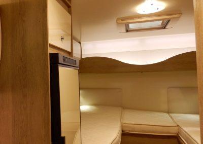 Slaapkamer met lengtebedden en led verlichting