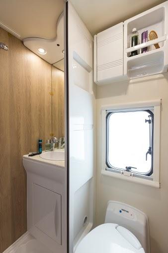 SUN DRIVER A 690 toilet en separaat douche en badkamer