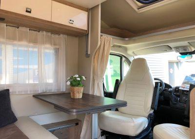 comfortabele en ruime uitschuifbare dinette met licht leder interieur en zijbank
