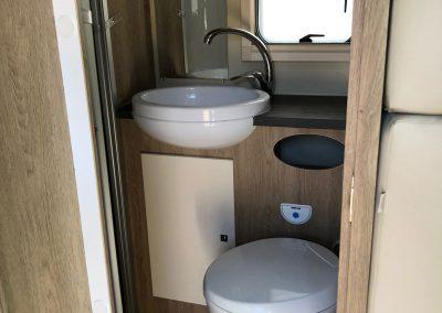 ruime en lichte badkamer met geïntegreerde douche