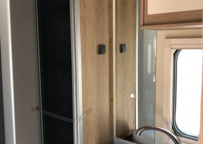 badkamer met geïntegreerde douche met uitklapbare scheidingswand.