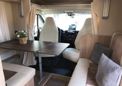 Zeer ruime en lichte living met draaibare pilot stoelen en extra lange zijbank in leder bekleding
