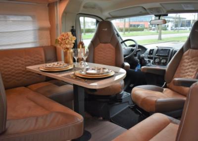Burstner: Ruime dinette met hoekzit en pilot seat voor maximaal comfort