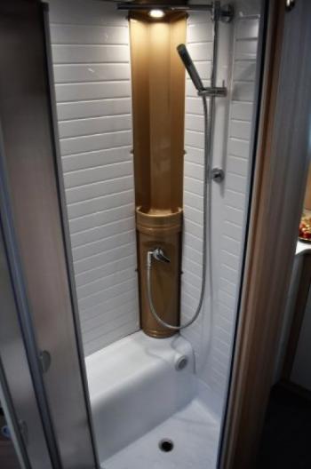 separaat douche met verlichting