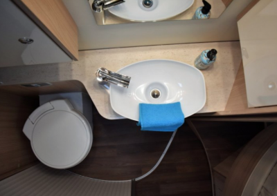 Burstner: ruime badkamer + separaat douche