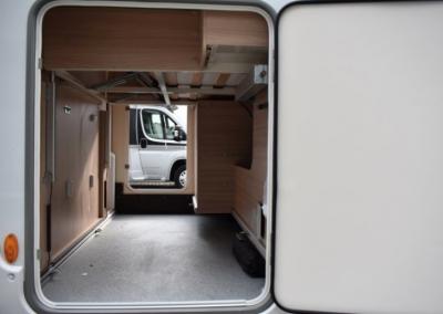 Burstner: Ruime garage met dubbele deuren